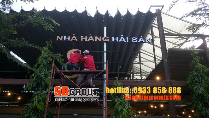 thi-cong-bang-hieu-chu-noi-trang-tri-nha-hang-hai-san