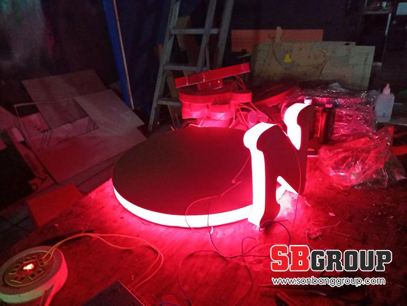 Lắp đặt chữ nổi mica có đèn led